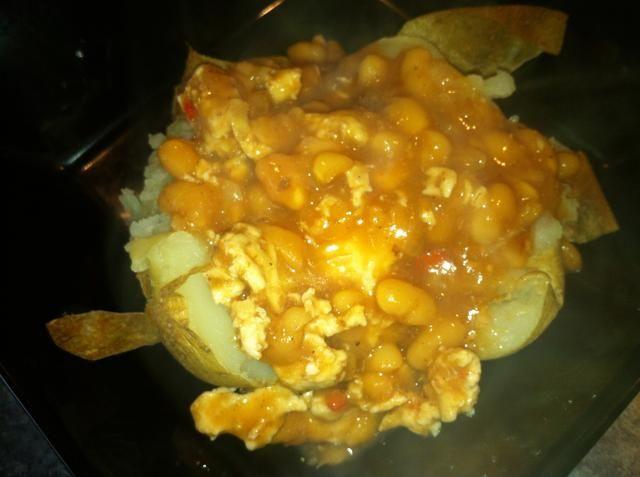 Scoop un cucharón de la mezcla de frijoles sobre la patata