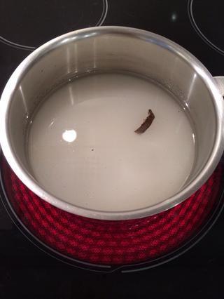 Hacer el jarabe. Poner el azúcar y una vaina de vainilla (si tiene) en un nivel olla con agua y hervir hasta 120C grados. Si no't have a thermometer ..,,