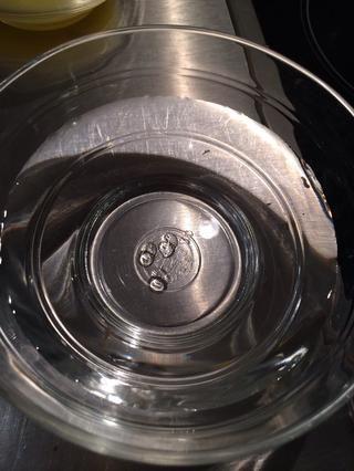 A continuación, colocar un poco de jarabe en un recipiente con agua fría si se forma una bola ya está listo