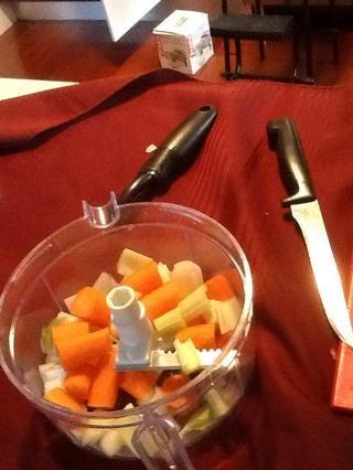 Coloque las verduras picadas en el helicóptero de vegetales