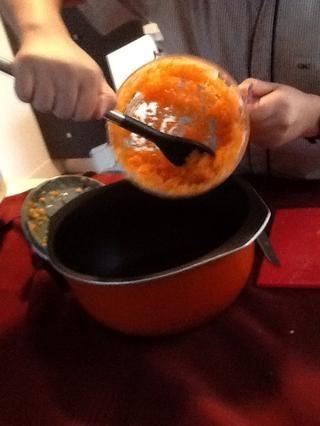 Coloque las verduras picadas en una olla grande