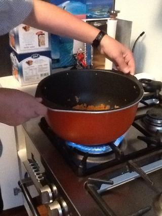 Cocine a fuego lento hasta que las verduras cocidas aproximadamente durante 3 minutos