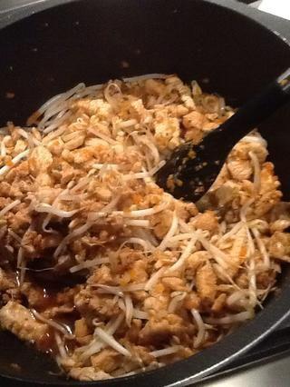 Añadir los brotes de soja a la olla. Revuelva y cocine por 2 minutos