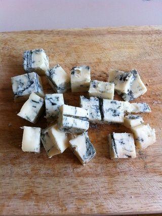 Picar el queso Gorgonzola en cubos de tamaño medio.