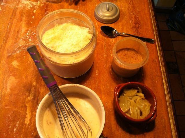 En un plato a prueba de horno, poner los hinojos y cubrir con la salsa blanca, queso parmesano gratinado y pan rallado. Añadir la mantequilla, cocinar en un horno caliente durante 20 minutos.