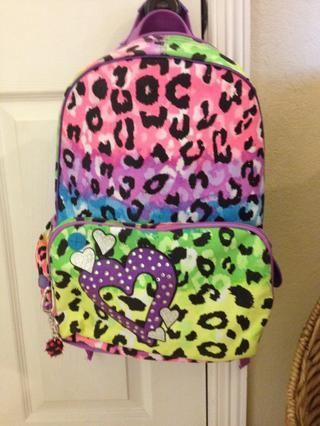 Cuando se lleva a cabo su tarea, el paquete de mochila y colgarlo en la puerta.