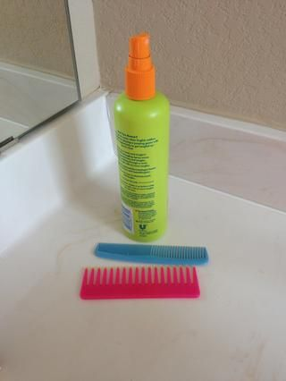 Rocíe Siguiente tu cabello, si es necesario, con el aerosol maraña. Entonces peinar mientras aún esté húmedo.