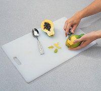Pelar la papaya utilizando un pelador o cuchillo de pelado.