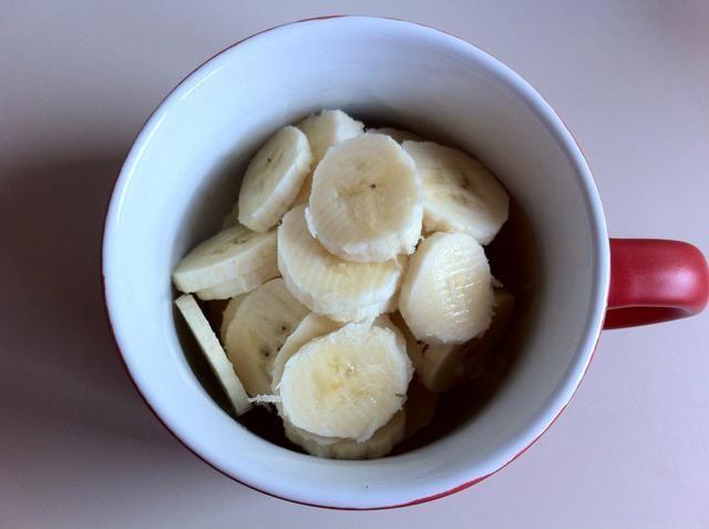 Usted necesitará una taza u otro recipiente pequeño. Ahora cortar un plátano en la taza.