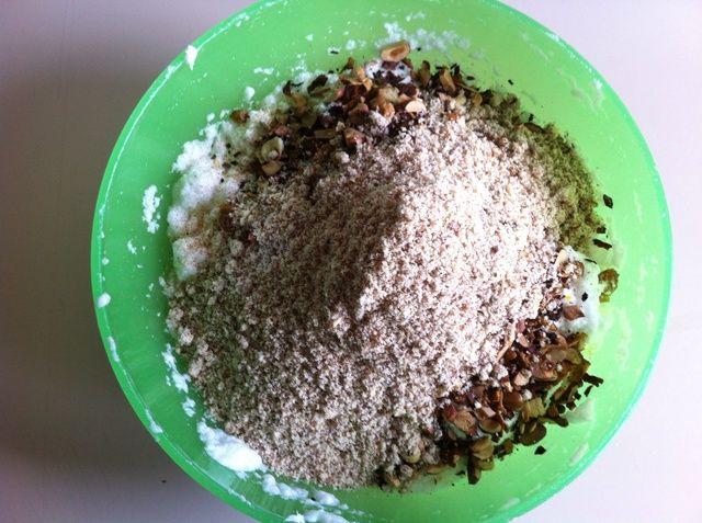 Añadir la harina de almendras.