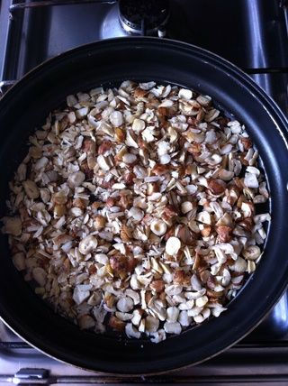 Coloque las avellanas en la sartén y se fríen a fuego mínimo durante 10 minutos. Por favor, no't burn them.