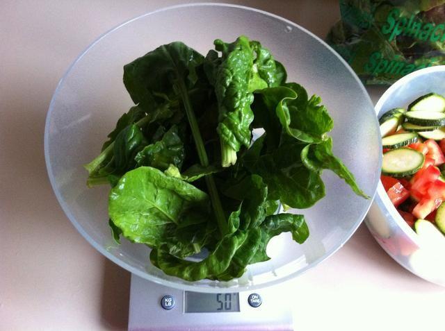 50 gr de espinacas = 11,5 kcal = 1,5 gr proteínas