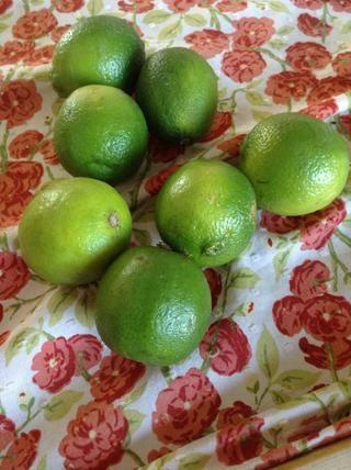 Ahora toma tus limas. También puede utilizar los limones pero me encanta el sabor de limón mejor y creo que la cal trabaja mejor con jícama.