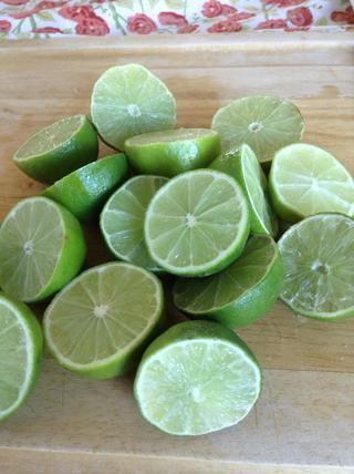 Cortar los limones por la mitad y luego. . .