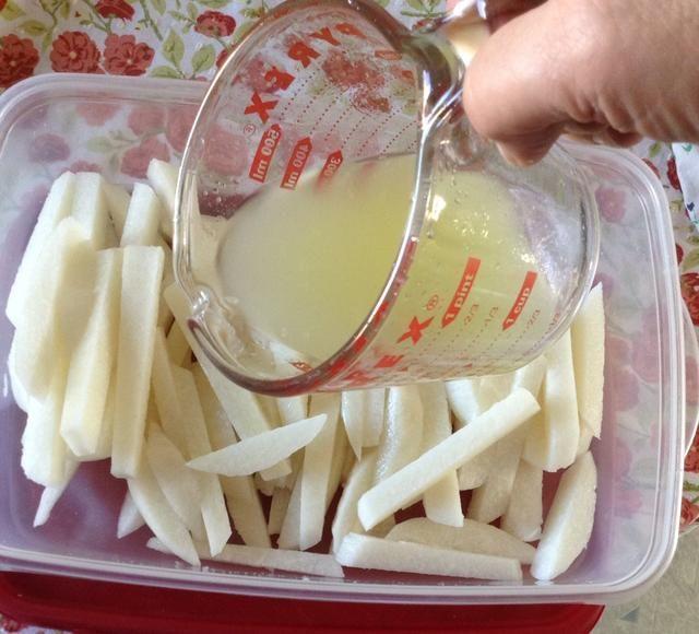 Vierta el jugo de limón sobre la jícama en rodajas.