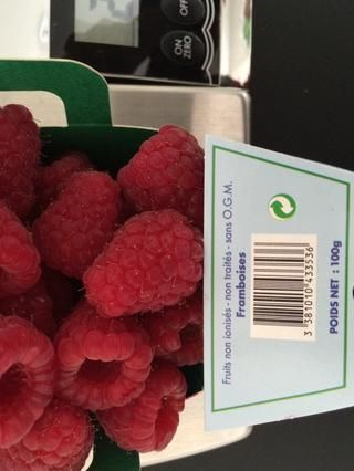 Si el uso de las frambuesas frescas, sólo hay que poner en la licuadora con el jarabe de agave (1 cucharada por cada 150 g). Reducirlos a puré y refrigere hasta que sea necesario