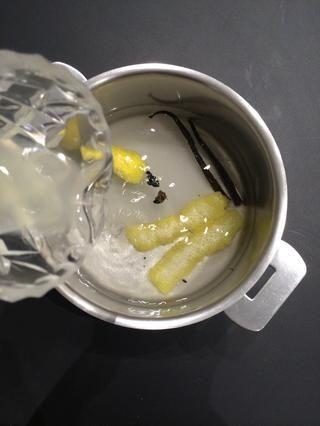 En primer lugar preparar el jarabe para la caza furtiva de las peras. Ponga el agua, el azúcar, el agua, la cáscara de limón, jugo de limón y la vainilla. Hervir 5 minutos o así bajar el fuego y deja hervir