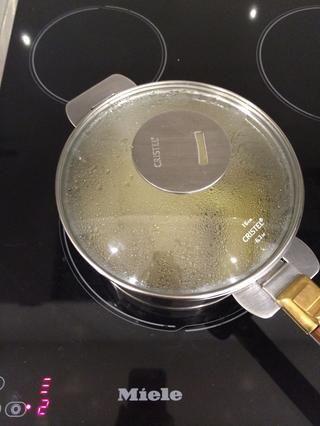 Cubrir y dejar que los sabores infunden el jarabe