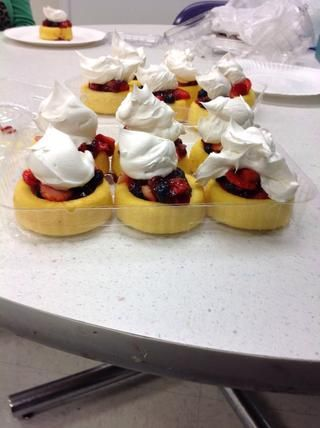 Y PRESTO ahí lo tienen. Mini tazas de frutas pastel libras