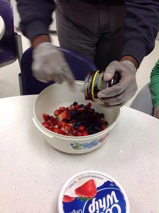 Añadir la propagación de frambuesa con una cucharada de agua para aflojar la propagación. Es muy gruesa