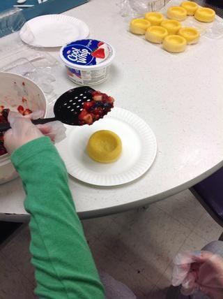 Ponga la mezcla de la fruta en las tazas de la torta de libra