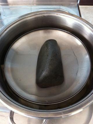 Y esta es la manera antigua ... Tenemos la piedra en la casa de mi familia sólo por esta (piedra limpia). ¿Por qué usted necesita una piedra? Porque usted necesita algo pesado para presionar el sarma por lo que el arroz no se cocine demasiado.