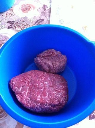Preparar 1 1/2 kg de carne de vacuno picada y 1/2 kg de carne de cerdo picada.