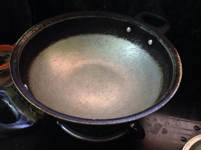 Tomar una sartén y calentar el aceite ..