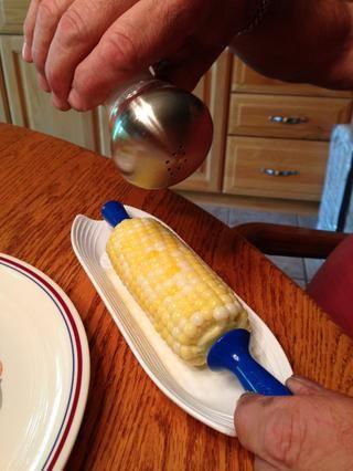 Este maíz bicolor, frescos de la huerta, con mantequilla y sal tiene un sabor maravilloso!