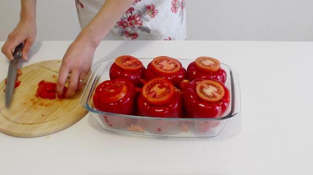 Picar el resto de tomate en trozos pequeños y colocarlos entre los documentos con el fin de darles la humedad y ayudar a que el arroz se cocine correctamente.