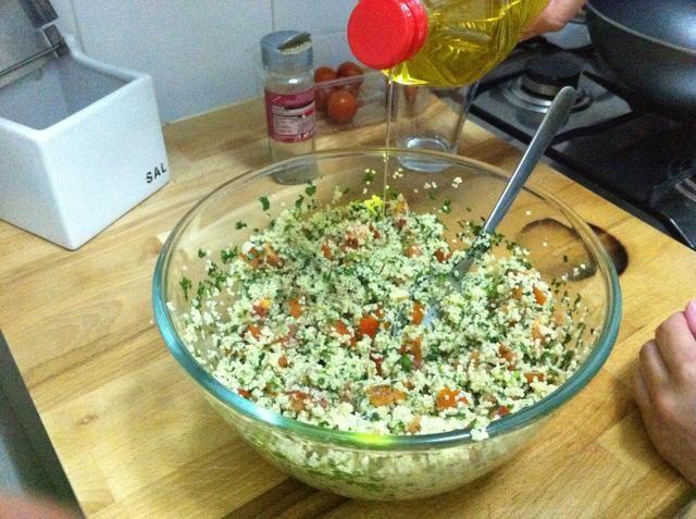 Obtener la mezcla de la nevera, añadir los tomates y el persil, y añadir 2 o 3 cucharadita de aceite de oliva.