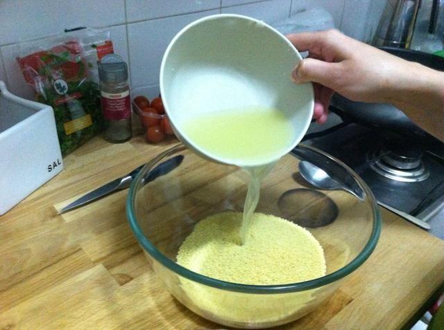 Mezcle el jugo con 1 y 1/2 taza instantánea cous-cous