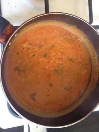 Mantener la ebullición durante un tiempo hasta que la crudeza del chile en polvo desaparece por completo. Tomate Pappu ya está listo. Va bien con el arroz.