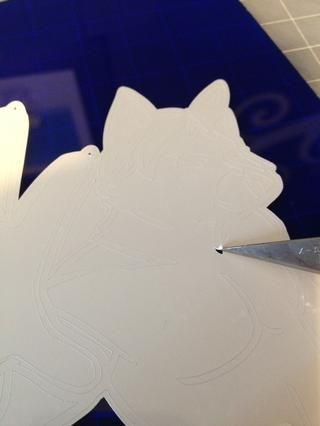 A continuación, eliminar cualquier detalle que hay que hacer en la superficie receptora. Utilice un cuchillo exacto o pin a recoger los bordes de los detalles que necesitan ser removidos, y tirar de ellos suavemente con unas pinzas.