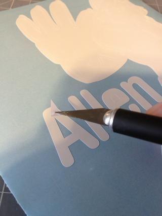 Asegúrese de eliminar las zonas en los centros de las letras, y en todo el diseño.