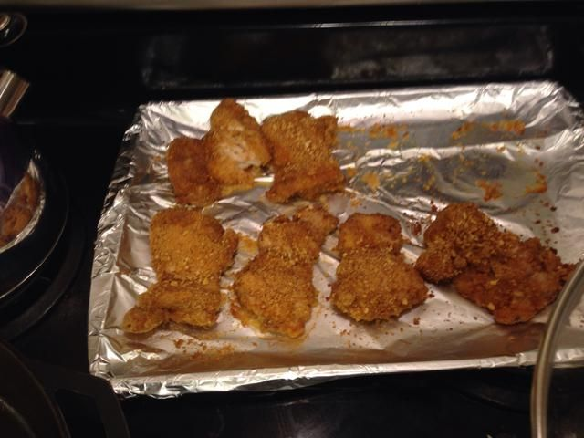 Muslos de pollo después de la cocción 25 minutos. Tome muslos y córtelas en tiras.