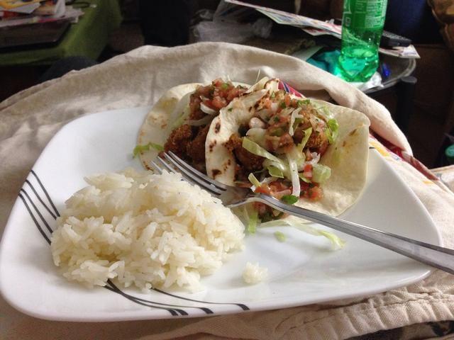 Capa sobre una tortilla de harina tiras de pollo con salsa y lechuga picada. Serví con un poco de arroz de jazmín. Agradable comida ligera!