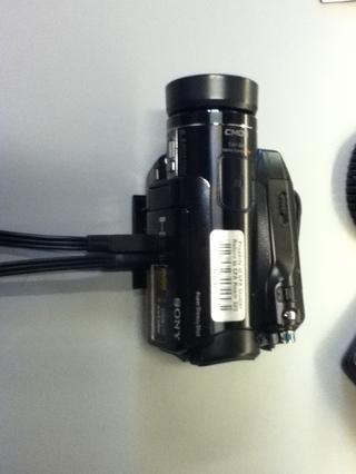 Conecte los dos cables en el panel inferior izquierdo de la cámara.