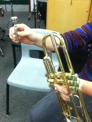 Retire la trompeta y la paz boca.