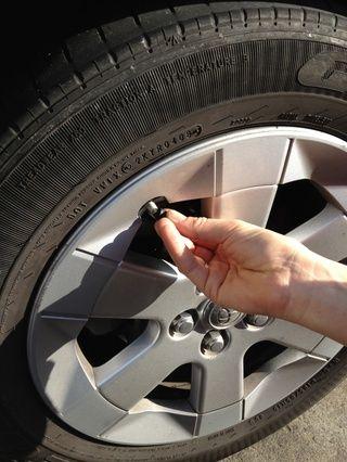 Quite la tapa del tubo del neumático. Asegúrese de que el ISP para cada rueda es exacta.