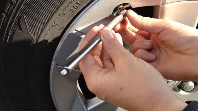 Después de inflar el neumático con aire comprobar la presión para asegurarse de que tiene la cantidad adecuada. Si es demasiado poco aire añadir más si utilizar demasiado la parte posterior del medidor de presión de neumáticos para quitar un poco de aire. Voila!