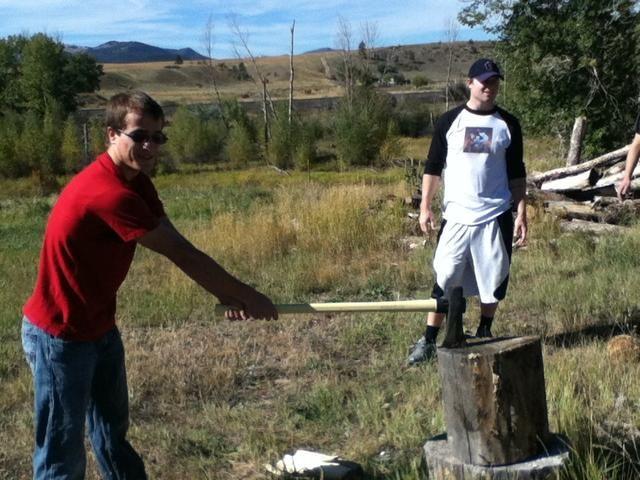 Haga contacto en el borde de la madera. Ver las astillas vuelan.