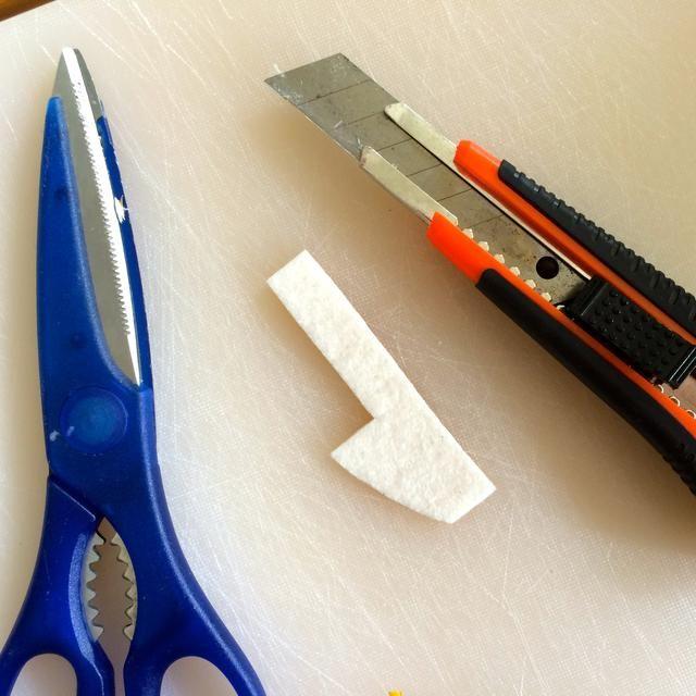 Fieltro adhesivo es fácil de cortar con unas tijeras y un knife.be alfombra cuidadosos con el cuchillo de la alfombra, se cortará la carne tan fácilmente como se sentía.