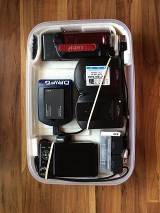 Esta es la caja después, la vivienda mis cámaras fotográficas y de vídeo, cargadores para ellos y mi Drift acción Ghost-S leva, 3 baterías por dispositivo, un puerto USB libre y una batería de 12Ah USB a continuación para cargar sobre la marcha