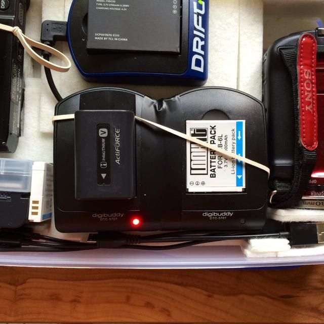 Otro buen uso para una banda de goma es asegurar baterías mientras acusándolos sobre la marcha.