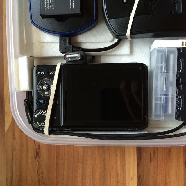 En la parte inferior se encuentra la cámara de fotos. El fieltro evita arañazos. usted'll also notice the extra USB-port in case any other USB device needs charge along the ride.