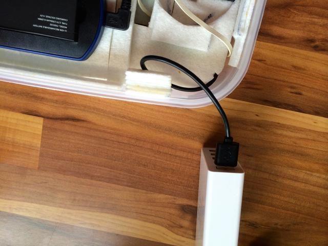 Un cable USB oculto se puede utilizar para recargar la batería portátil sin sacarlo de la caja
