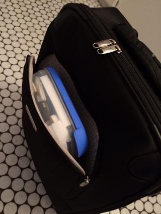 Los controles de seguridad del aeropuerto conseguir mucho más fácil ya que tiene que sacar todo lo que contiene una batería. Simplemente sacar la caja en lugar de hurgar su equipaje de mano ...
