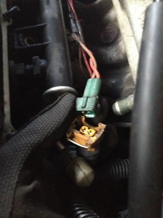 Combustible Desconecte el mazo de cables del inyector