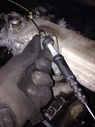 Tire C-Clamp montar el cable del acelerador al colector de admisión.